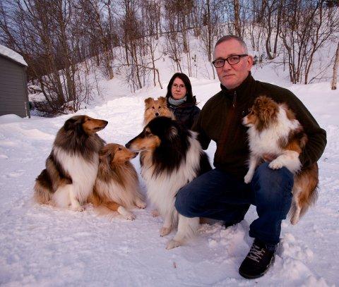 Siw-Hege Hansen og Ole Kristian Aspelund med hundene utenfor huset i Bekkestien på Storslett. Hundene ble vettskremte av fyrverkeriet tirsdag kveld. Foto: Ola Solvang