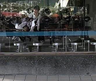 MÅSEBESØK: Kaffebønna på Stortorget i Tromsø sentrum hadde nylig besøk av to måser, som spaserte rett inn i kafeén og måtte bæres ut. Medeier Pål Einar Eilertsen mener Tromsø kommune må på banen for å løse måseproblemene i bysentrum.