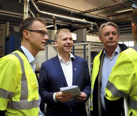 VIL DRIVE SJØL: Arne Jebsen (i blått) håper Hunton får hundre prosent kontroll over den nye fabrikken i Hunndalen.