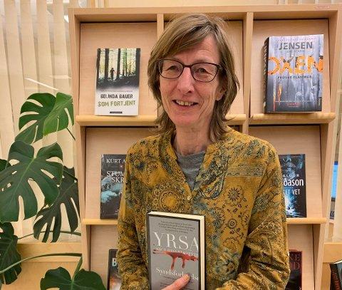 BREDT UTVALG: Bente Henrikhaugen, filialstyrer på Torpa bibliotek, slår et slag for den islandske krimforfatteren Yrsa Sigurdardottir, selv om den ikke er av fjorårets mest lånte bøker.