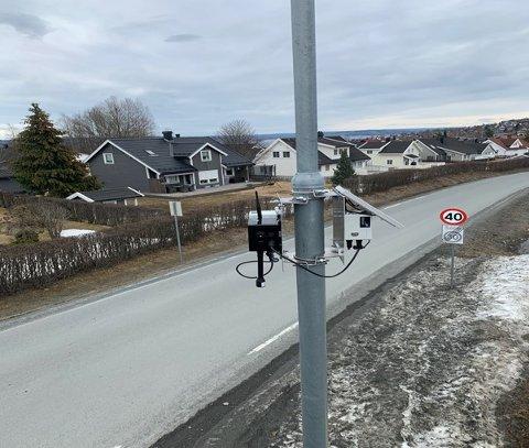 LUFTKVALITETSMÅLER: Luftkvalitetsmåleren montert på en lyktestolpe i Malmveien henter strøm fra et solcellepanel. Samme installasjon kan man se i Minnesundveien og ved Gjøvik stadion.