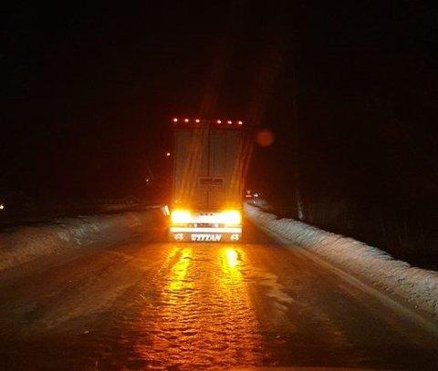 STÅR FAST: En utenlandsk trailer sliter på Begnavegen onsdag kveld. Også tidligere i dag skal en utenlandsk trailer ha hatt trøbbel på glatt føre.