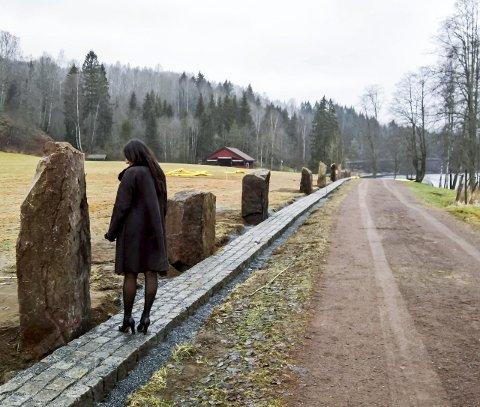 Tidslinje: Det er satt opp 13 stabbesteiner av rombeporfyr i Kjærra. I løpet av våren kommer det informasjon om geologi på hver og en av dem. Arbeidet er utført av firmaet Kaare Mortensen AS. Foto: Oddvar Steinsholt