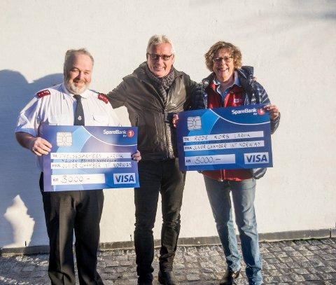 Gir pengegave: Junior Chambers Dag Petter Berg overleverte lille julaften 3.000 kroner hver til Geir Andersen, leder i Frelsesarmeen i Larvik, og Ragnhild Bull Hansen, leder i Larvik Røde Kors.