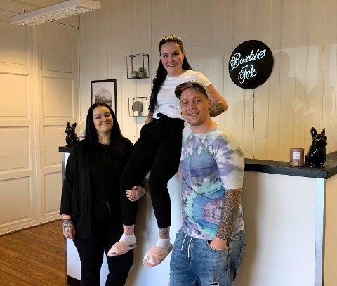 FORNØYDE: Benedicte Andrine Fjeld Karlsen, Caroline Knudsen og Mats Ravler koser seg i det nye studioet.