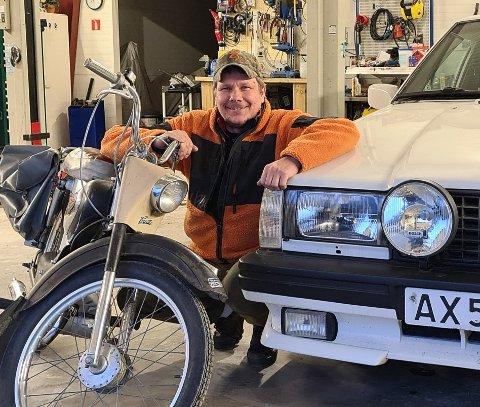 Erik Berntsen med to av sine klenodier - en Corvette og sin gamle Volvo 740, som han har kjøpt tilbake og satt i stand. Nå håper han noen finner den aller første registrerte mopeden han kjøpte, en Suzuki, på en låve eller i et uthus i Eidskog - det er der den gikk sist.