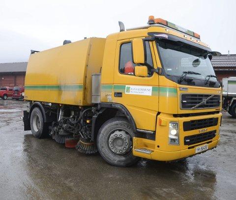 I SVING: Feiebilen er godt igang med å rydde opp etter vinterens sanding.