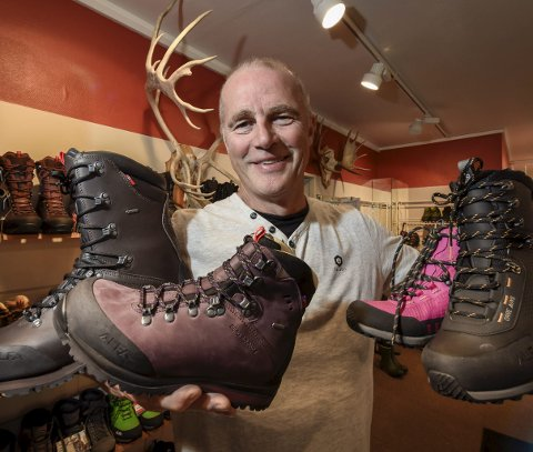 Daglig leder Per Kyrre Hall kan smile over skobutikken Bjarne Hall på overlegent vis vant årets servicepris under Gallaria.