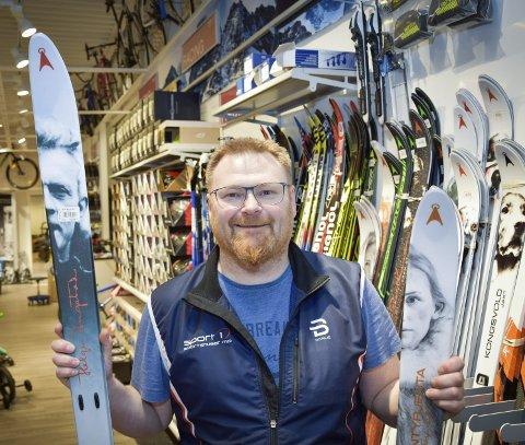 Gir kundene råd: – Du må ha klær som tåler vær, sier Ole Bardal fra Sport1 i Langneset. Foto: Beate Nygård Johansson