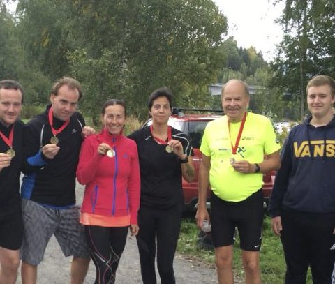 Titina Bakken (i rød trøye) arrangerte to maraton på Jevnaker i helga. Hun har 52 løp så langt i år. Det er norgesrekord på en sesong. Her samme med de andre som løp. Foto: Privat