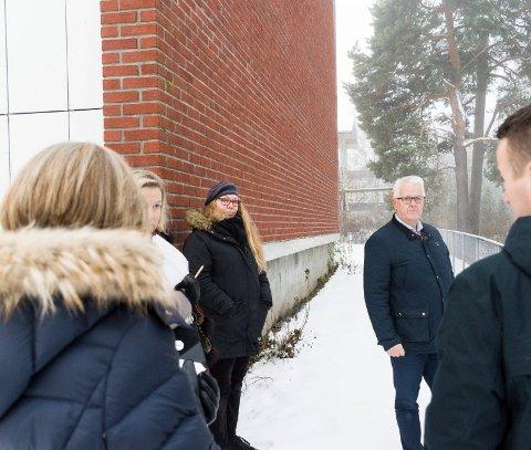 TRE-RETTSSAK: Inger Astri Kobbevik Brundtland vil at trærne skal få stå, mens Kjetil Bredesen og boligsameiet ønsker å felle dem.