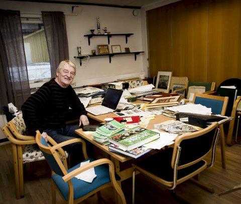 ORGANISERT ROT: Forfatter Jon Wiik i skriverommet han disponerer i klubbhuset til Skjetten sportsklubb. FOTO: LISBETH LUND ANDRESEN