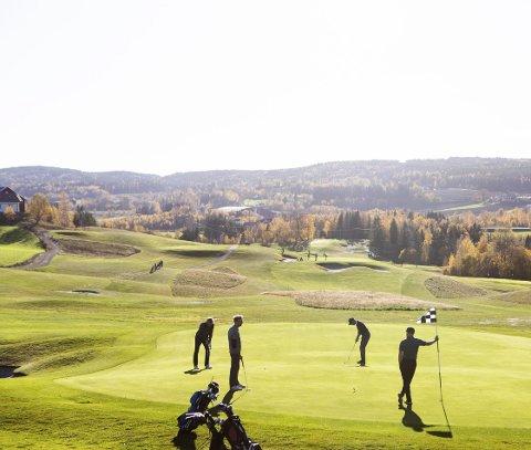 FREMDELES ÅPNE: Golfbanen på Hauger i Nittedal er én av flere hvor spillerne fremdeles er i aksjon. FOTO: LISBETH LUND ANDRESEN