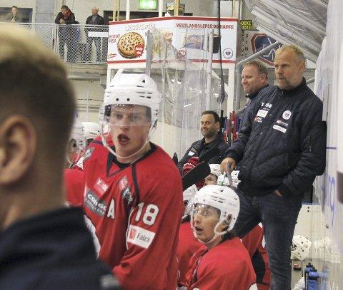 Får opprykksmulighet: Trener Kenneth Larsen (t.h.) er usikker på om kaptein Jonas Grønstad (18) og de andre har godt av å rykke opp. .