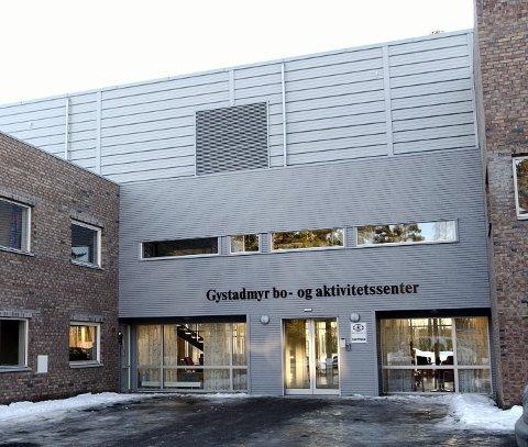 KORONAUTBRUDD: Det er pågående smitteutbrudd ved Gystadmyr bo- og aktivitetsenter på Jessheim. To av beboerne er fraktet til sykehus.
