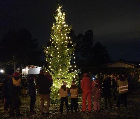 UTGÅR: Dette bildet ble tatt ved julegrantenningen på Bjerkøya i fjor.