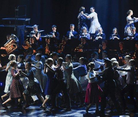 Fargerik oppsetning: Scenen blir opp til flere ganger fylt opp av hele ensemblet, som teller over 100 hoder.