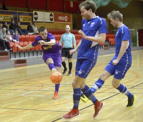 POWER FRA POWER: Daniel Bertrand Power (t.v.) og Sandefjord Futsal bet godt fra seg under lørdagens hjemmekamp i Jotunhallen. 5-1-seier over Vadmyra ble fasiten, og Power og co. kunne dermed juble for sesongens første seier.