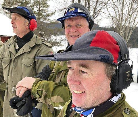 VENTER SPENT: Trøgstingene Hans Petter Nyengen (forfra), Rune Raknerud og Henning Nøkleby følger med på anvisningene.