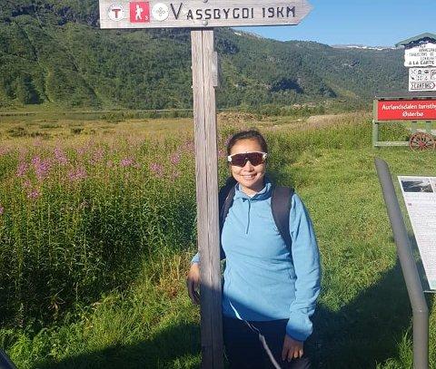 LANG TUR: Marites Chuntic Heyrosa klar for å starta den bortimot to mil lange turen gjennom Aurlandsdalen i august i fjor, ein tur som skulle bli veldig tøff på slutten.