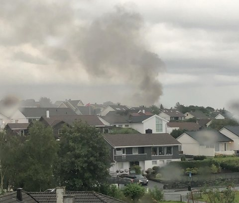 Inger Marie Nordhagen ser røyken fra Tananger-boligen fra stuevinduet.