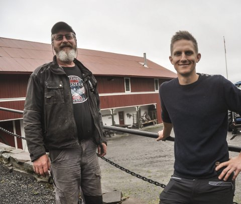 TUNET: Låvesus skal foregå ute på tunet, forteller John Olav Haaberg, som her står sammen med sin faste «maskot» og pappa, Ole Haaberg.