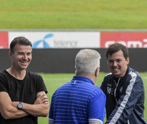 KLAR: Etter sesongens første seier hjemme mot Odd 2, er Magnus Erga og NFK fulle av selvtillit før lørdagens møte mot Sotra. - Vi reiser dit for å vinne, sier treneren. Her i samtale med Borgar Velta og Per Arne Hansen.