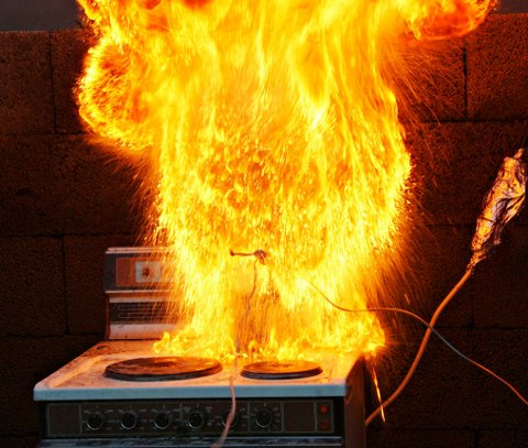 MATOLJE OG VANN: Her har en kopp med vann blitt kastet på en brann i en kjele med matolje. Det må du aldri gjøre. Prøv å skru av plata og bruk et lokk eller et brannteppe for å kvele ilden.