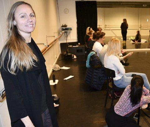 Skuespillerinstruksjon: Her får Motio-elevene instruksjon i skuespillerteknikk. Rektor Tonje Nordlinder følger med.