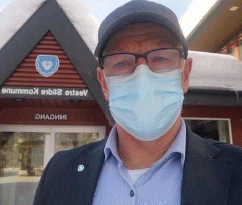 Rådmann Martin Sæbu følger sin egen oppfordring, og bruker munnbind på butikk og andre steder der det er mye folk og vanskelig å holde avstand.