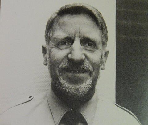 ANNO 1994: Thorstein Sveum i uniform som sambandsvakt ved sentralen på Bjertnestangen.