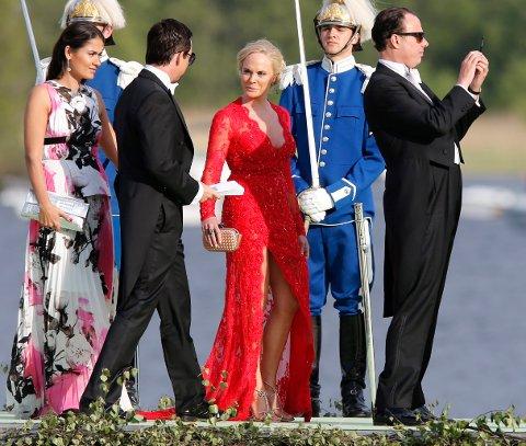 (Bilde 3) RØDT RISIKABELT: Karthrine Fredriksen gjør et vågalt valg når hun ankommer prinsesse Madeleines bryllup i utringet rød kjole. Foto: Lise Åserud / NTB Scanpix  FOTO: Åserud, Lise / NTB scanpix