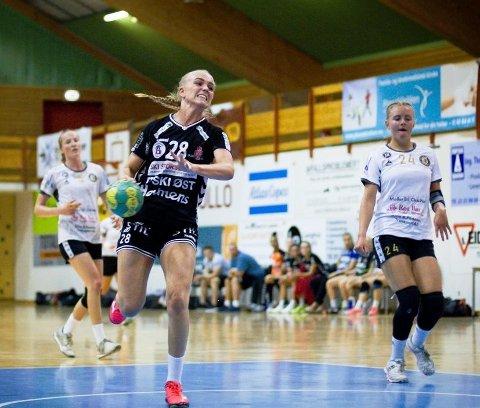 Med nebb og klør. Drøbak-jenta Caroline Fernås Stensby har fortsatt troen på at Follo HK Damer kan klare å klore seg fast i eliteserien.