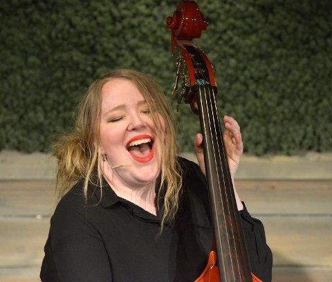 Ragnhild Tronsmo Haugland i fri utfoldelse med sang og kontrabass.