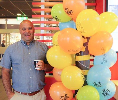 OPP MED HUMØRET: Koronakrisen kuttet over natten omsettingen til McDonaldsrestaurantene til Eduardo Jacobsen med 80%. Han fryktet det verste, men nå har salget tatt seg opp og permitterte ansatte kan hentes tilbake.