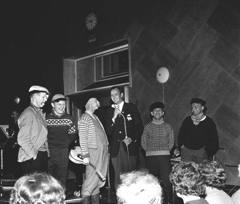 «Vi går om bord» i Store Studio i NRK i 1963. Erik Bye (med mikrofonen) saman med Salhuskvintetten.