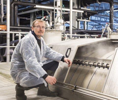 Daglig leder i Helgeland Smolt, Tor Arne Gransjøen, ved en av komponentene i det ene av fabrikkens tre renseanlegg i Sundfjord.  Bildet er fra 2018.