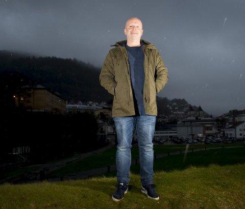 KOENGEN: Det er midt på dagen, men mørkt på Koengen. Nå gleder Frank Nes seg til lysere tider og konserter.                                             – Jeg tror artistene oppfatter det som litt eksotisk å spille her, sier han.FOTO: ARNE RISTESUND