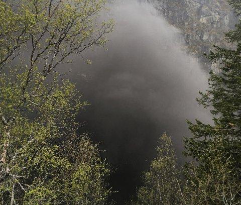 Svart røyk veltet ut av tunnelen.