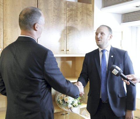 Jon Georg Dale (til høyre) overtok fredag stillingen som samferdselsmnister etter at Ketil Solvik-Olsen rygger ut.