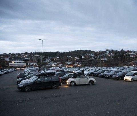 Her er det hele 1200 gratis parkeringsplasser, men nå har rådmannen i Askøy foreslått at det innføres parkeringsavgift.