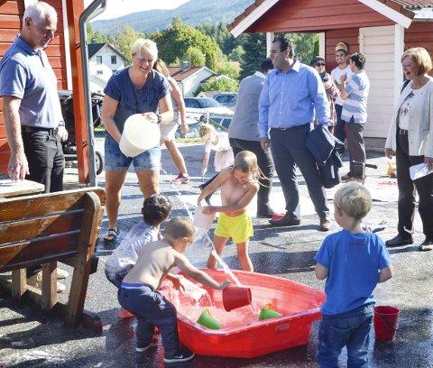 Vannlek: Ungene i Kroka barnehage frydet seg stort i går. Vannlek er spennende. Her får de en «dusj» av Marianne Holm, mens ordfører Ståle Versland (Ap) (t.v.) følger nøye med sammen med partikollegene Masud Gharahkhani og Lise Christoffersen – begge stortingskandidater i Buskerud.