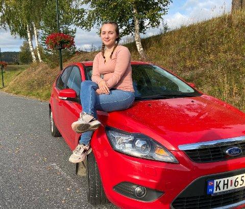 AVHENGIG AV BIL: Ida Frydenberg Havikhagen kommer seg til skole og jobb, takket være to snille støttespillere.