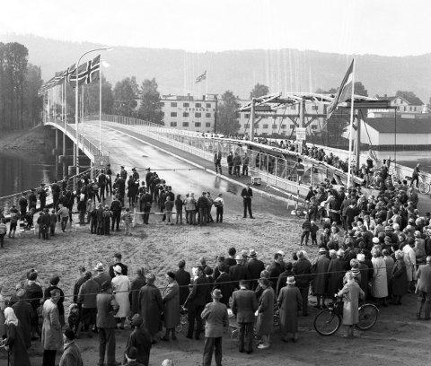 For 55 år siden: Ordfører Kylland åpnet den nye Landfalløybrua 15. september 1964. Vi skimter Rødskog Brugs karakteristiske hvite bygg på andre siden av elva. Til venstre Åssiden skolekorps  og til høyre den gamle brua som folk hadde samlet seg på. Foto: reidar halden
