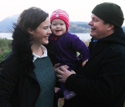 Maria Blom og Tor Førde og vesle Johanna, kjøpte Keilevegen 11 i november i fjor. No pussar dei opp heile huset.