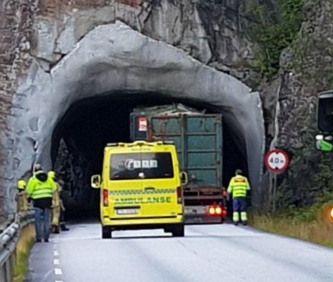 Beredskapspersonell er no på plass ved tunnelen ved Svelgen der tømmerbilen står fast.