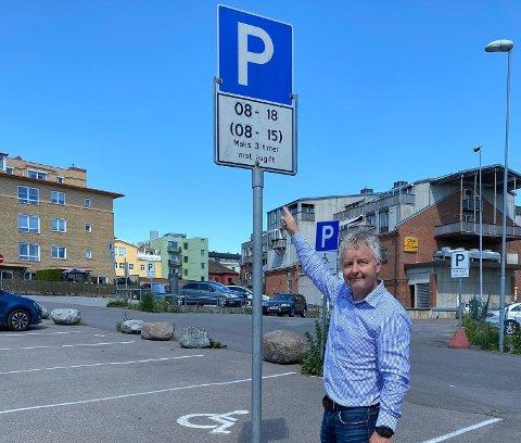 GRATIS PARKERING: Ordfører Are Karlsen fikk støtte fra politikerne i kommunestyret. Nå blir det en times gratis parkering framover. Ordningen gjelder på alle de offentlig regulerte plassene, som har blått skilt med hvit P (skilt 552). Du må som vanlig utføre kjøpet på automaten, men du betaler ikke for den første timen.