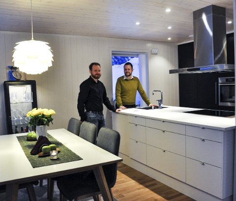 ALLROM: Henning og Inge er begge glad i å lage mat, og benkeplasseringen som en øy i allrommet er sosialt når de har gjester.
