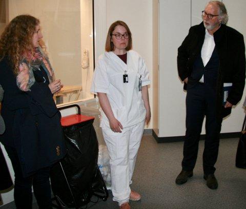 PÅ BESØK: Tuva Moflag og Carl-Erik Grimstad var blant stortingspolitikerne som fikk se det nye spesialisthelsesenteret på Gran. Her sammen med radiograf og koordinator Anne Heidi Evenrud.