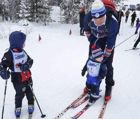 I LØYPA: Børre Næss sammen med Christian (5) og Fredrik (2) på Barnas Holmenkollrenn i vinter.   FOTO: PRIVAT
